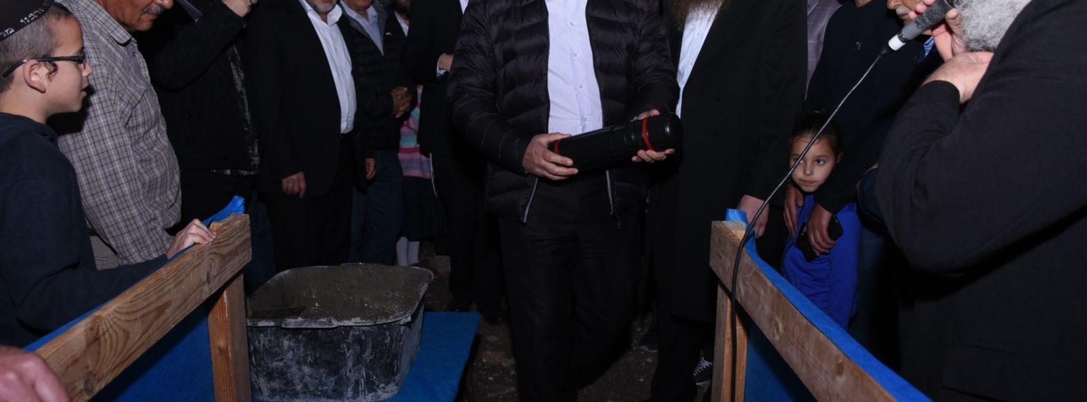 טקס הנחת אבן פינה לבית הכנסת החדש בשכונת גבעת אלונים