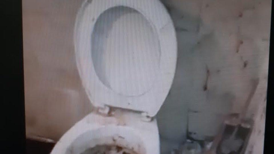 כך נראים חייו של קשיש תושב ק. אתא זוהמה,פסולת בתוך ביתו