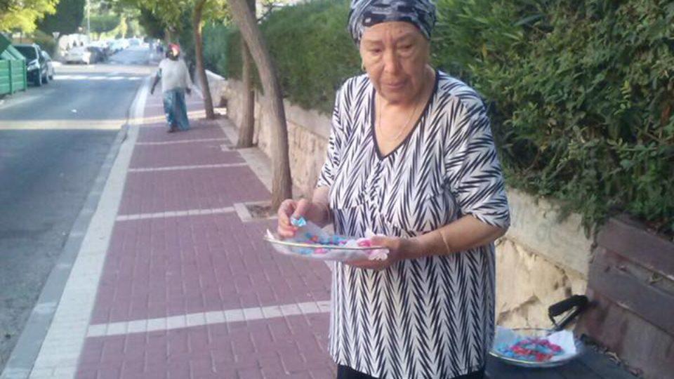סבתא חסיבה מקבלת את פני ילדי קריית ביאליק