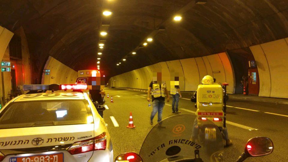 תאונה במנהרת הכרמל בין אופנוע לרכב פרטי-עומסים במקום