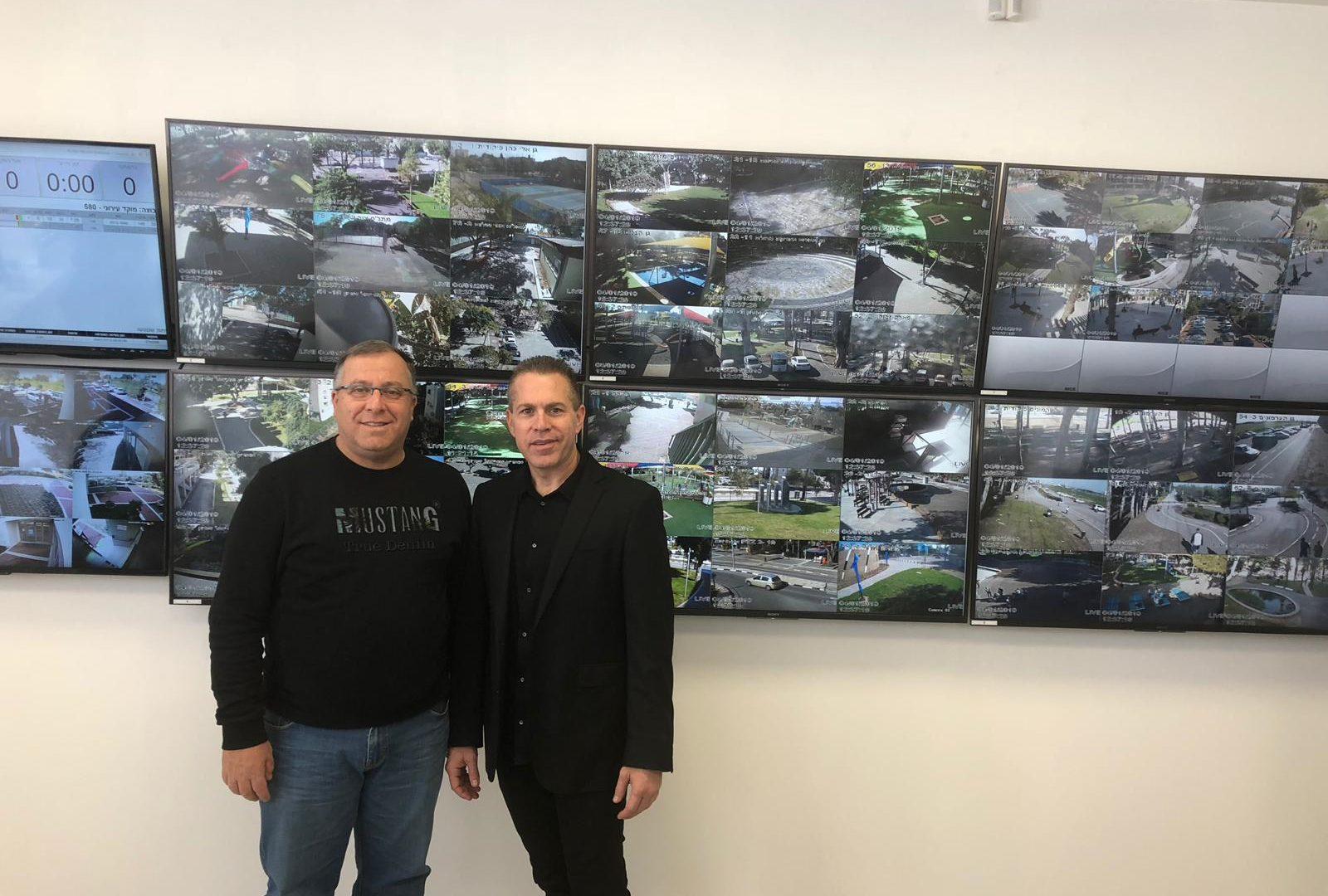 ראש העיר אלי דוקורסקי והשר לביטחון פנים, גלעד ארדן במוקד העירוני החדשני