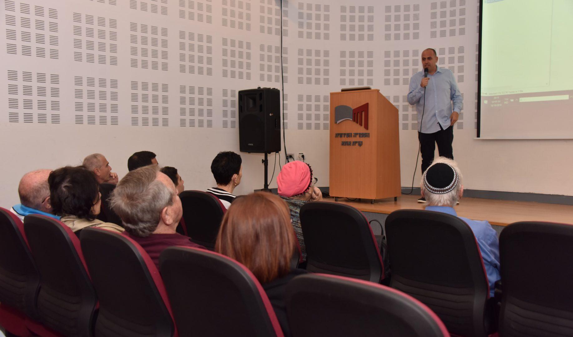כתב ערוץ 13 אלי לוי בהרצאה