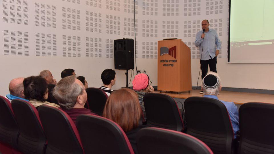 כתב ערוץ 13 אלי לוי העביר הרצאה בקריית אתא