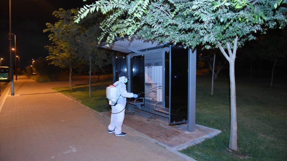 במסגרת המאבק בהתפשטות נגיף הקורונה , עיריית קרית אתא מבצעת ניקיון וחיטוי של תחנות האוטובוס