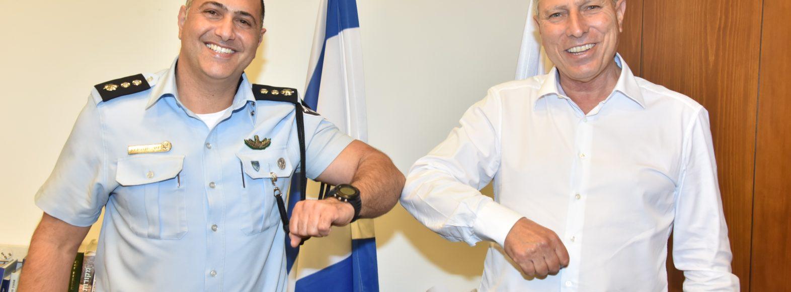 """מפקד התחנה החדש נצ""""מ ניר יונה בביקור אצל ראש העיר יעקב פרץ"""