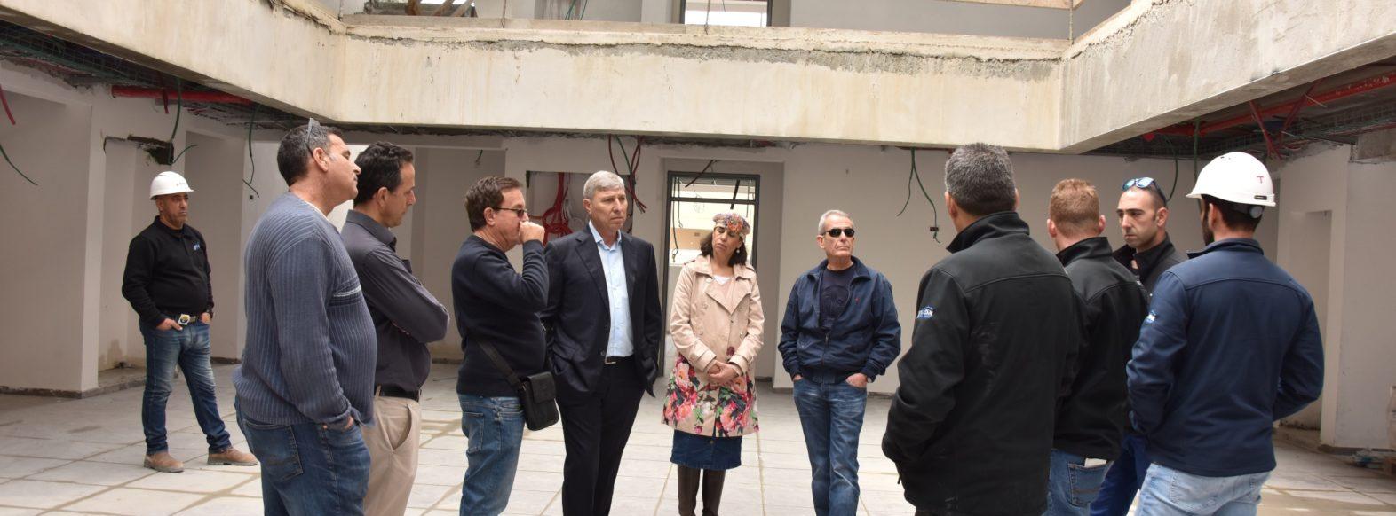 """ראש העיר יעקב פרץ עומד מקרוב על המשך עבודות להקמת בית ספר """"נועם"""""""