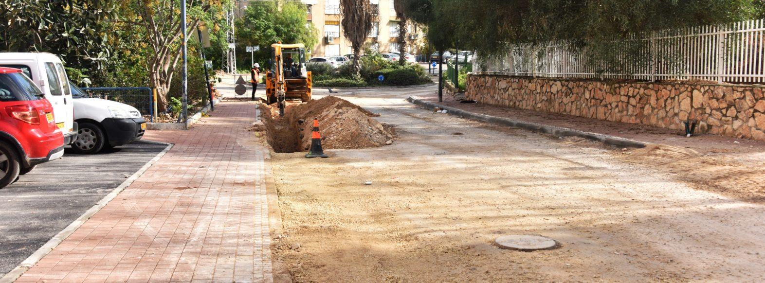 נמשכות עבודות תשתית ברחוב יצחק שדה במסגרת העבודות מתבצעות עבודות  לשיפור הכבישים