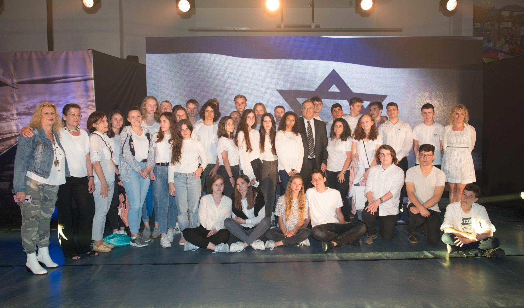 בתמונה: משלחת בני נוער מגרמניה יחד עם מארחיהם הישראלים וראש העיר, אלי דוקורסקי