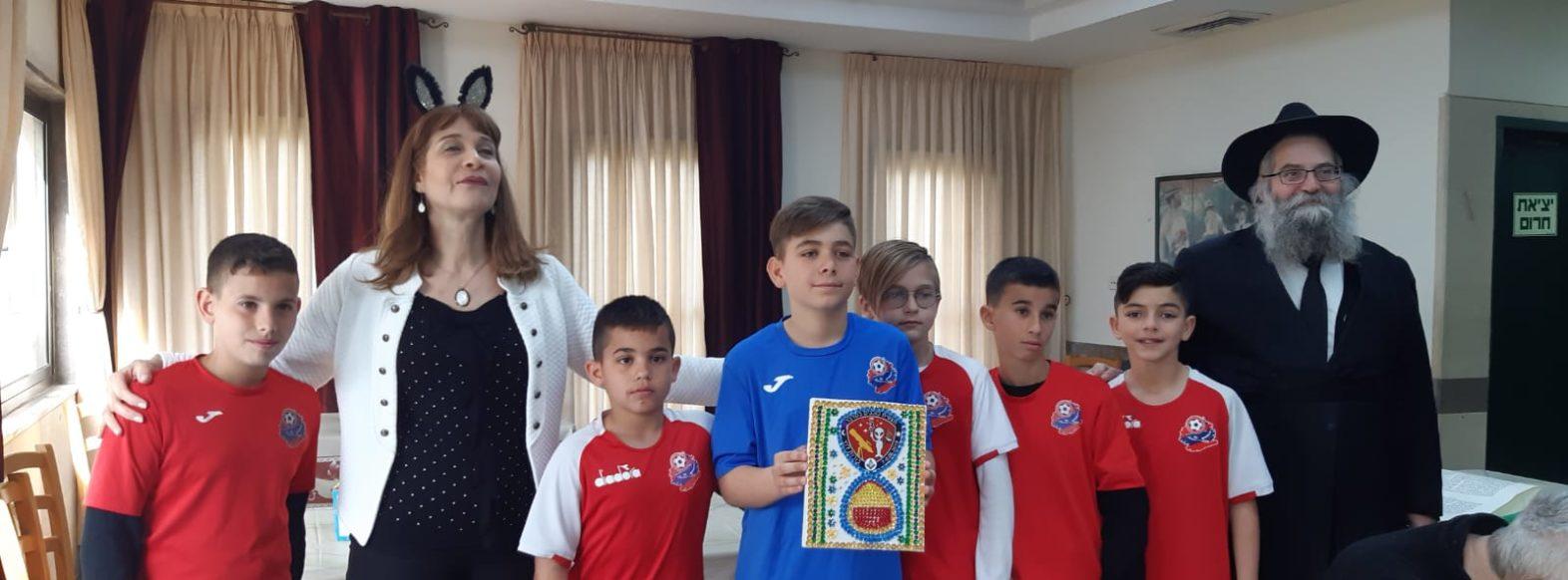 ילדי הפועל חיפה הפתיעו בחלוקת משלוחי מנות