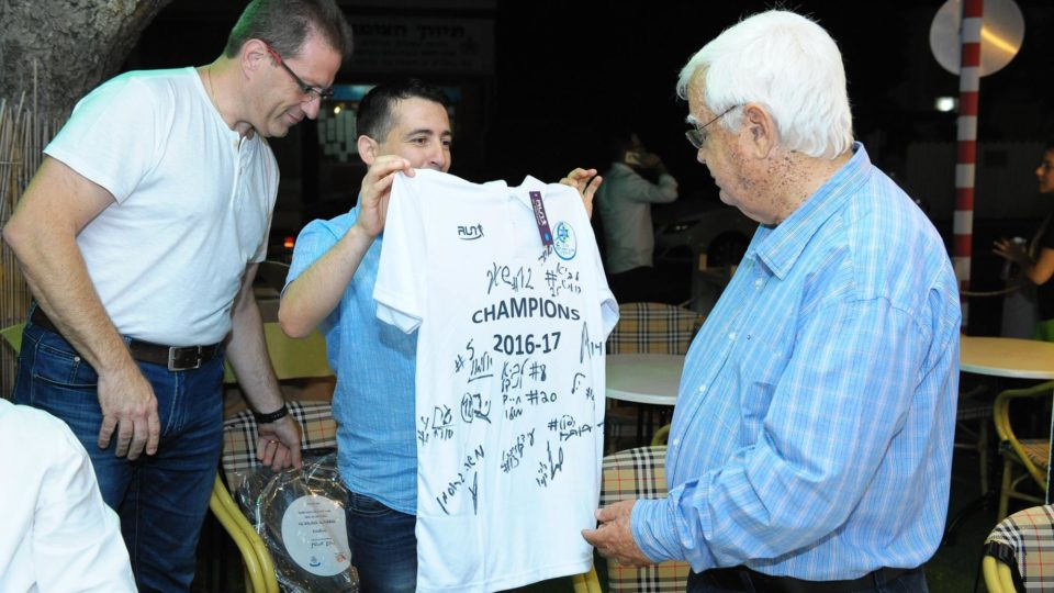 מכבי מוצקין חוגגת אליפות עם ראש העיר חיים צורי