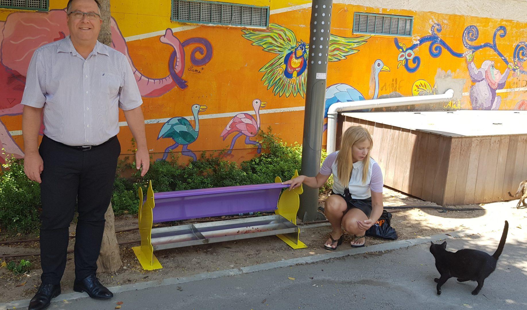 """בתמונה: ראש העיר אלי דוקורסקי ליד עמדת האכלה בפארק סביון עם """"הטועם"""" הראשון"""