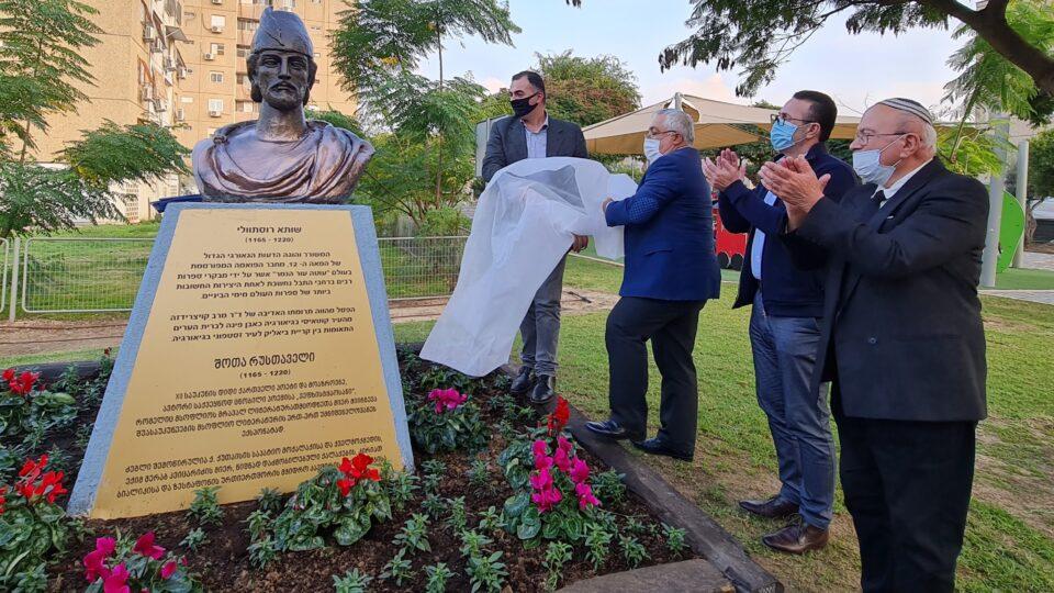 שגריר גיאורגיה בישראל לאשה ז'בניה חנך את פיסלו של המשורר הגיאורגי הלאומי שותה רוסתוולי בקריית ביאליק