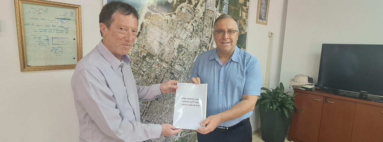 """דוקורסקי נפגש פרופ' אבי שמחון וקיבל את העתק מהמלצות ועדת המנכ""""לים לפיתוח וקידום מפרץ חיפה ."""