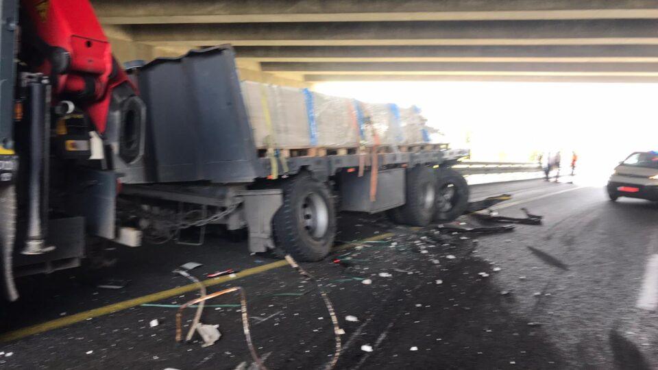 14 אלף ליטר סולר נשפכו בכביש 22 עקב תאונה בין משאיות