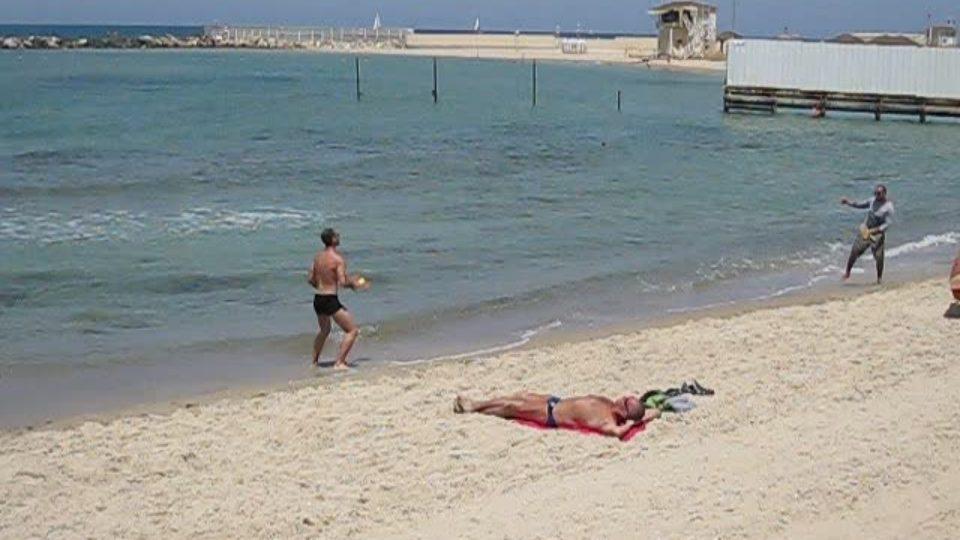 חוף קריית חיים, ובת גלים סגורים לרחצה