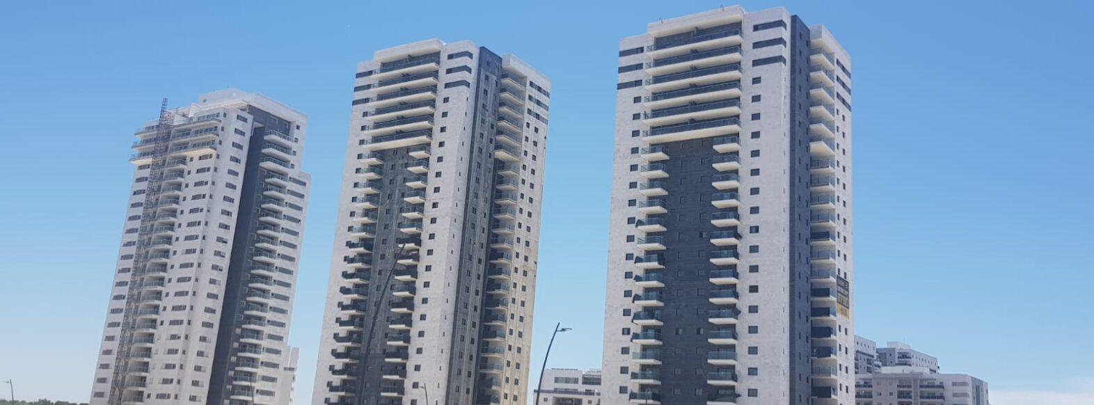 """עיריית קריית ביאליק משנה את ההנחיות המרחביות ומציבה גדרות """"מדברות"""" באתרי בנייה בעיר"""