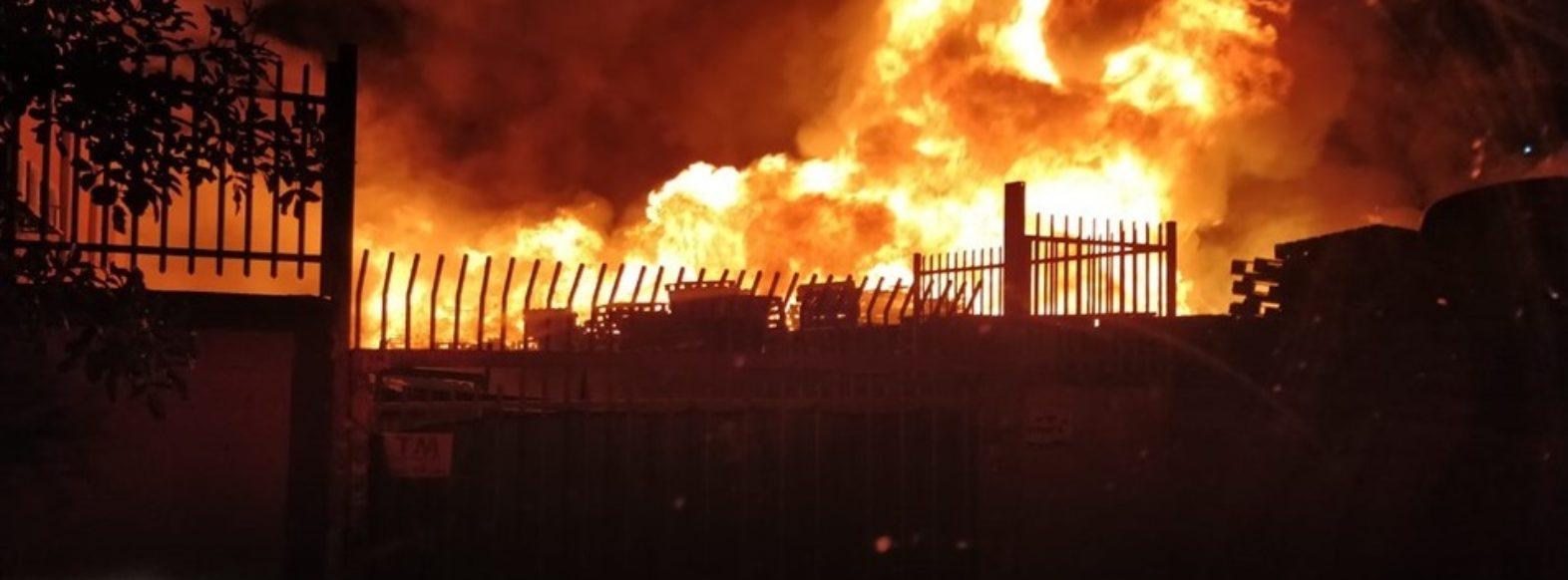 שריפה במפרץ, בית עסק למשטחי עצים עלה באש