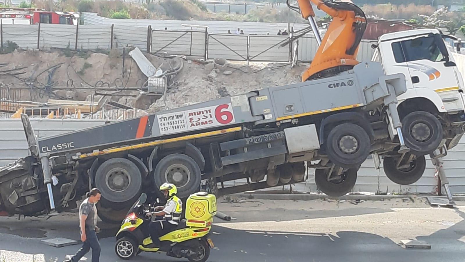 המשאית באתר הבניה במשכנות אומנים בקריית מוצקין. צילום: לילך דומיניץ