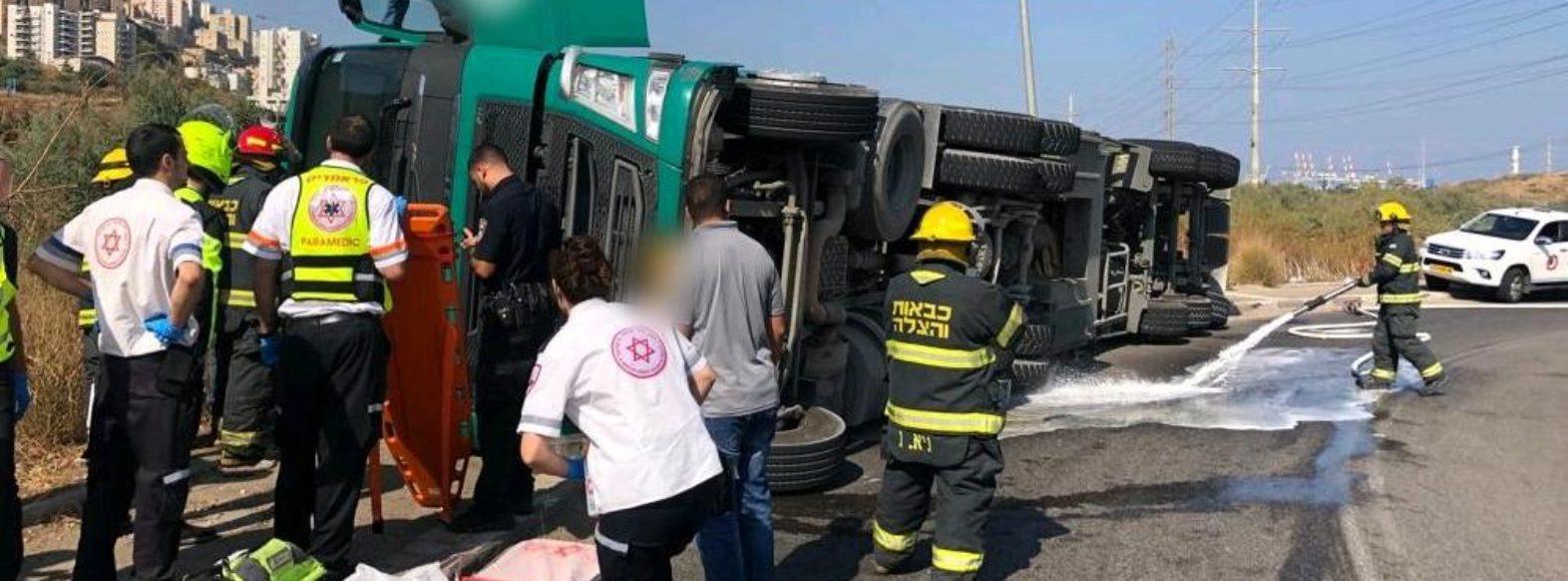 נהג משאית כבן 30 נפצע בינוני בתאונה ברחוב טופז בחיפה בחיפה.