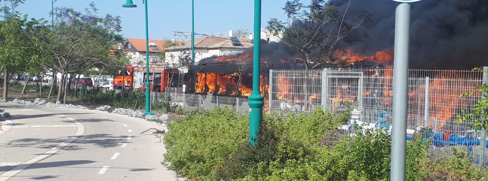 מטרונית עלתה באש בקריית חיים ככל הנראה עקב כשל במנוע