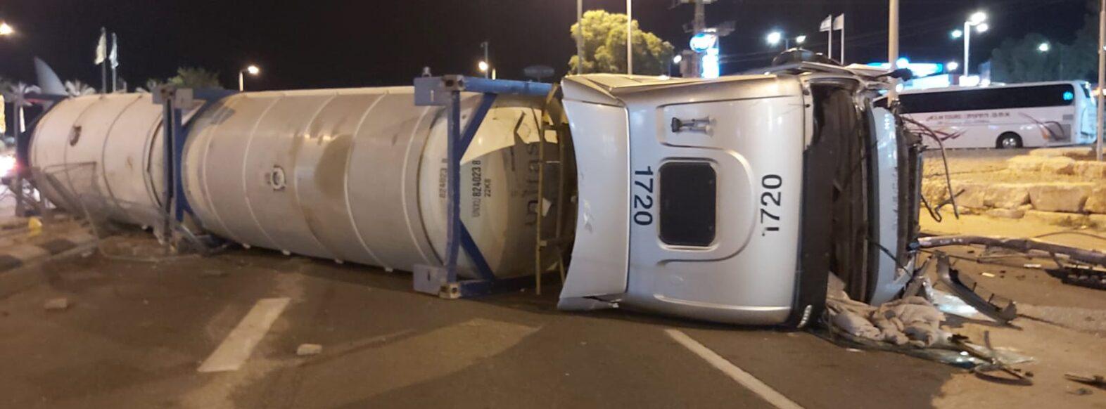 """נהג מקריית מוצקין חשוד נעצר לאחר שסירב לערוך בדיקה אלכוהול בעקבות מעורבותו בהתהפכות משאית חומ""""ס"""