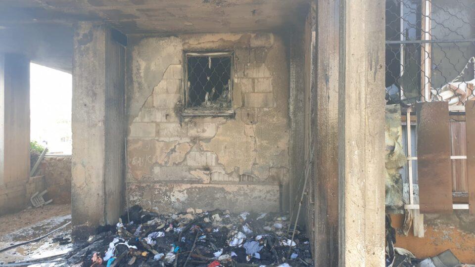 שריפה מחוץ למבנה מגורים בקרית ים שחדרה לתוך המבנה