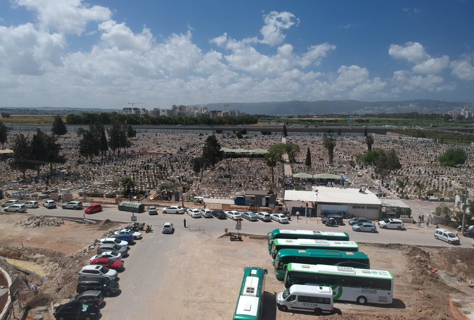 אלפים פקדו את בית העלמין צור שלום