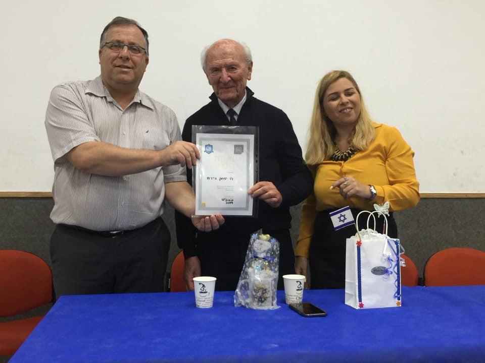 בתמונה: ראש העיר, אלי דוקורסקי, חברת מועצת העיר ענת וורמברנד עם איש עדות ד״ר יצחק הירש